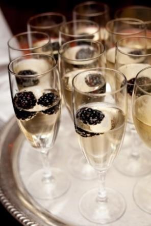 szampan z jeżynami dla gości ślub i wesele