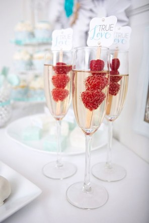 szampan z malinami dla gości ślub i wesele