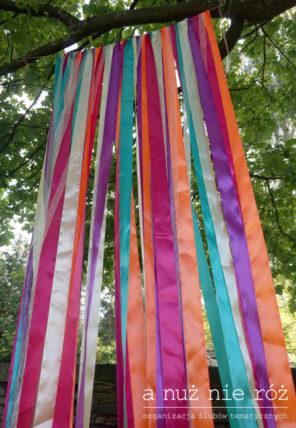 folklor-kolorowe-wstążki-ścianka-fotograficzna-motyw-przewodni-ślubu-i-wesela-2