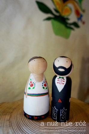 folklor-topper-drewniane-figurki-pary-młodej-motyw-przewodni-ślubu-i-wesela-1