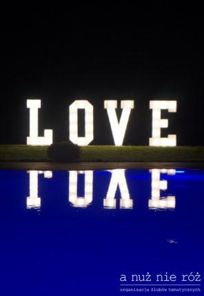 podswietlany-napis-love-przy-basenie
