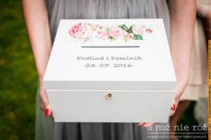 drewniane pudełko na koperty ślubne różowe róże