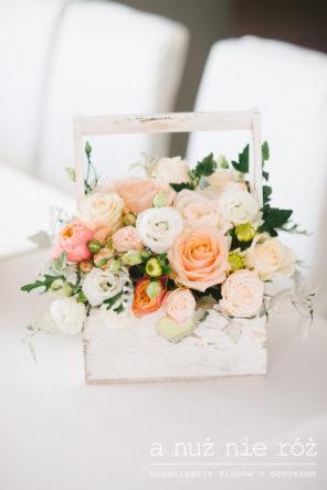 brzoskwiniowe-pudrowe-roze-drewniana-skrzyneczka