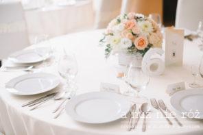 dekoracja-stolu-pastelowy-slub-sukulenty-brzoskwinia