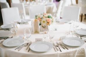 pastelowa-dekoracja-stolu-roze-sukulenty-chevron