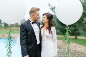 wesele w Villa Omnia biale-balony-duze-giganty-greenery-a-nuz-nie-roz