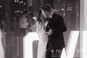 napis-love-na-parkiecie-przyjecie-weselne-para-mloda-KM