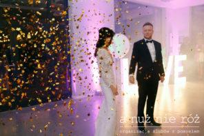 pierwszy-taniec-zlote-gwiazdki-confetti-a-nuz-nie-roz-KM