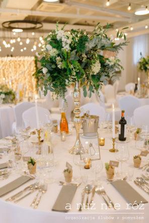 wysoka-kompozycja-greenery-zielen-zloto-dekoracja-stolu-KM