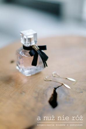 zlote-kolczyki-do-slubu-perfumy-KM