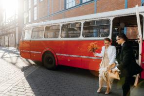 czerwony-ogorek-autobus-do-slubu