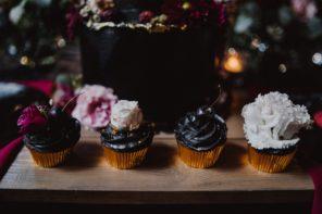 czarne-babeczki-z-kwiatami-rockowy-slodki-stol