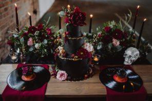 czarny-tort-na-wesele-slub-rockowy-bordowe-rozowe-kwiaty