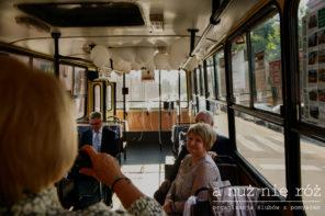 czerwony-autobus-do-slubu-biale-balony-transport-gosci-J&A