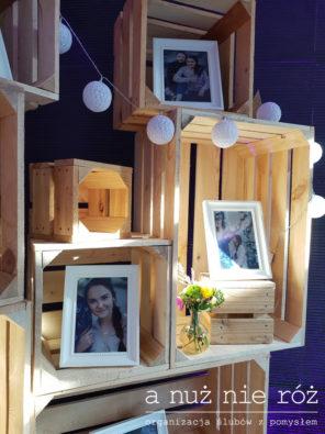 drewniane-skrzynki-na-weselu-kacik-ze-zdjeciami-J&A