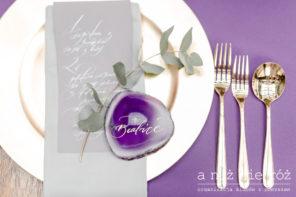 fioletowy-agat-ultraviolet-winietka-zloto-sztucce-zlote-podtalerze-A&S