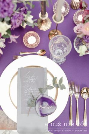 fioletowy-obrus-slub-ultraviolet-dekoracja-winietka-mineraly-zlote-sztucce