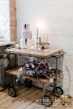 industrialny-slodki-stol-drewniany-wozek-na-tort