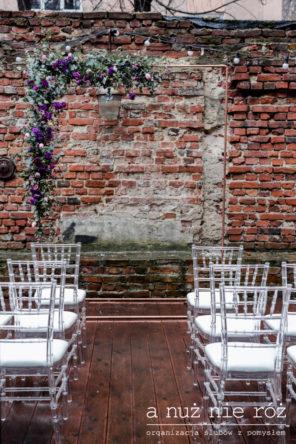 industrialny-slub-ceremonia-ceglane-tlo-fioletowe-kwiaty