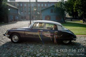 kolorowe-wstazki-dekoracja-samochodu-citroen-ds-do-slubu-J&A