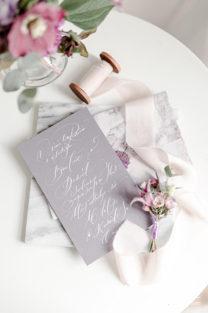 fiolet na ślubie i weselu marmur-szary-zaproszenia-slubne-ultraviolet