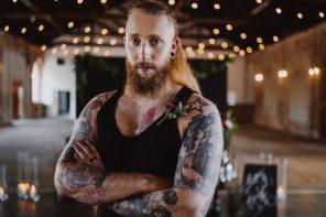 pan-mlody-tatuaze-dlugie-wlosy