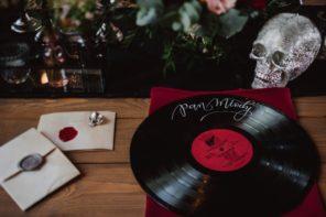 plyta-winylowa-podtalerz-rockowa-dekoracja-srebrna-czaszka