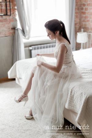 fiolet na ślubie i weselu ultraviolet-industrialny-slub-wesele-A&S