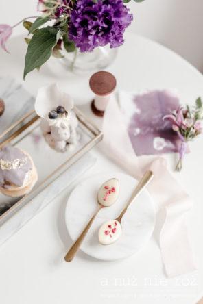 zlote-lyzeczki-z-biala-czekolada-slodki-stol-slub-wesele
