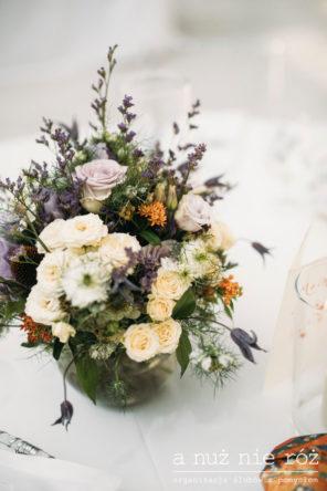 kwiaty-fiolet-biel-pomarancz-dekoracja-stolu-slub-wesele