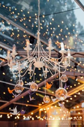 papierowe-zurawie-jako-dekoracja-przyjecia-weselnego