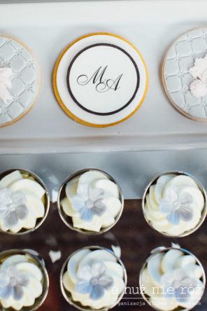 babeczki-muffiny-z-inicjalami-pary-mlodej-slodki-stol-glamour
