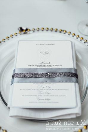 menu-na-podtalerzu-biala-dekoracja-stolu-slub-glamour