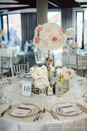 slub-glamour-dekoracja-stolu-bialo-rozowe-kwiaty-srebrne-dodatki