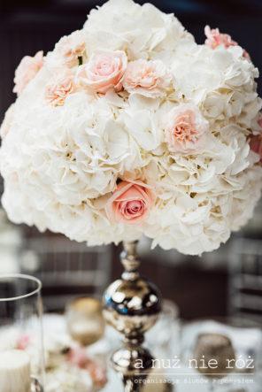 wysokie-kompozycje-na-stol-dekoracja-glamour-biel-roz