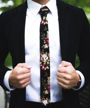 krawat-w-kwiaty-pan-mlody-trendy-slubne-2020-2019