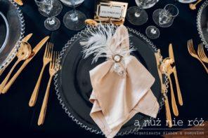 Wielki-Gatsby-dekoracja-stolu-czarny-obrus-zlote-sztucce