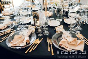 Wielki-Gatsby-dekoracja-stolu-szklane-podtalerze-zlote-sztucce