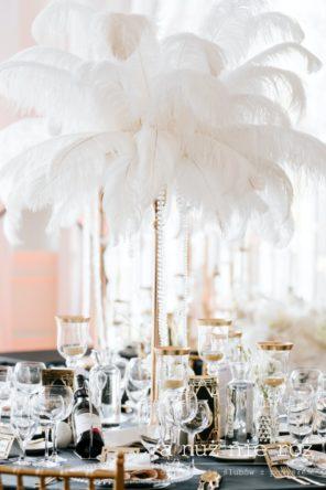 Wielki-Gatsby-dekoracje-biale-piora-zloto-czarne-obrusy