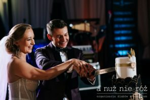 Wielki-Gatsby-krojenie-tortu-na-przyjeciu-weselnym
