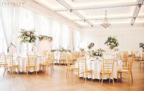 palac-mala-wies-okragle-stoly-wysokie-kompozycje-kwiatowe