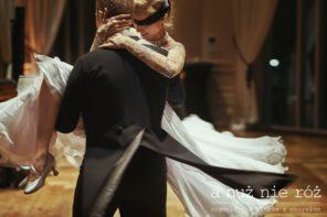 pierwszy-taniec-pary-mlodej-zawiazane-oczy-slub-miedzynarodowy