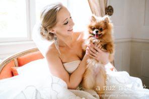 pies-na-slubie-przyjeciu-weselnym-dlugie-kolczyki-panna-mloda