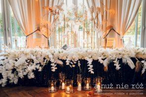 stol-pary-mlodej-wielki-gatsby-great-gatsby-czarny-obrus-biale-kwiaty