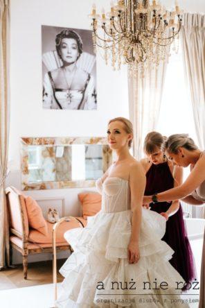 sznurowany-gorset-suknia-slubna-panna-mloda-glamour-przygotowania