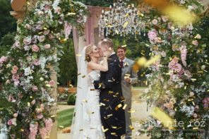 zlote-confetti-slub-plenerowy-pocalunek-dekoracja-kwiatowa